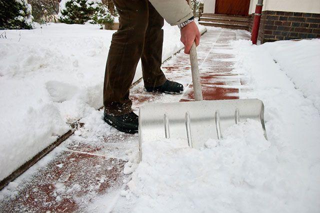Нужно убирать снег с участка или ждать, пока растает?